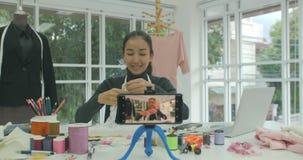 Jonge bloggers van manierontwerpers registreren levende video van een privé-leraar op slimme telefoon stock video