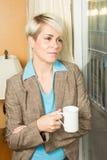 Jonge blonde aantrekkelijke onderneemster in een hotel met een koffie m Royalty-vrije Stock Foto