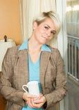 Jonge blonde aantrekkelijke onderneemster in een hotel met een koffie m Stock Afbeeldingen