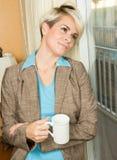 Jonge blonde aantrekkelijke onderneemster in een hotel met een koffie m Royalty-vrije Stock Foto's