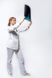 Jonge blonde arts met röntgenstraal royalty-vrije stock afbeelding
