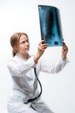Jonge blonde arts met x-ray beeld stock afbeeldingen