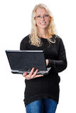 Jonge blonde bedrijfsvrouw die glazen dragen die laptop houden Stock Afbeelding
