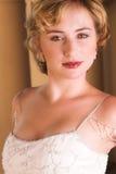 Jonge blonde bruid in wit stock fotografie
