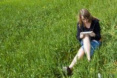 Jonge blonde die met draagbaar videospelletje beoefent Royalty-vrije Stock Foto's