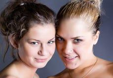 Jonge blonde en donkerbruine vrouw twee Royalty-vrije Stock Afbeeldingen