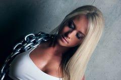 Jonge blonde geschiktheidsvrouw Royalty-vrije Stock Afbeeldingen
