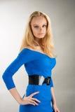 Jonge blonde in het blauwe kleding dromen royalty-vrije stock foto