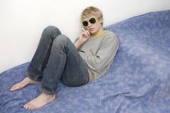 Jonge blonde knappe nadenkende mens Royalty-vrije Stock Afbeelding