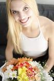 Jonge blonde mooie vrouw met bos van bloemen Royalty-vrije Stock Afbeeldingen