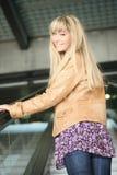 Jonge blonde op een roltrap Royalty-vrije Stock Fotografie
