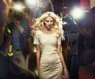 Jonge blonde ster onder paparazzi royalty-vrije stock afbeeldingen
