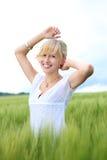 Jonge blonde vrouw stock foto