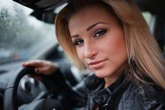 Jonge blonde vrouw in auto royalty-vrije stock foto's