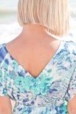 Jonge blonde vrouw in de zomer blauwe kleding Stock Foto's
