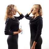 Jonge blonde vrouw die aan zich spreken, tonend gebaren Dubbel portret van twee verschillende zijaanzichten Zelfbesprekingsconcep Royalty-vrije Stock Afbeeldingen