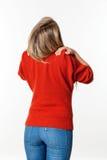 Jonge blonde vrouw die haar schouders en hals ontspannen Royalty-vrije Stock Afbeelding
