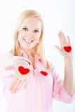 Jonge blonde vrouw die harten in haar pams blootstelt Royalty-vrije Stock Foto's