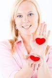 Jonge blonde vrouw die harten in haar pams blootstelt Royalty-vrije Stock Afbeeldingen