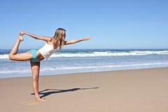 Jonge blonde vrouw die oefeningen doet Stock Afbeeldingen