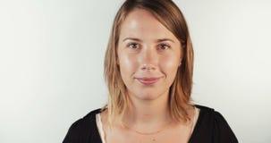 Jonge blonde vrouw die omhoog aan de camera en het glimlachen kijken stock footage