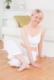 Jonge blonde vrouw die ontspanningsoefeningen doet Stock Foto's