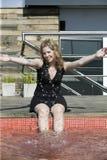 Jonge blonde vrouw die pret met water heeft Royalty-vrije Stock Foto
