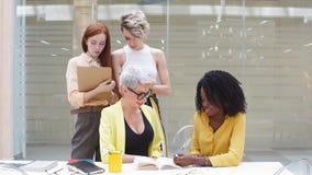 Jonge blonde vrouw in geel kostuum en haar team correcte tekst stock video