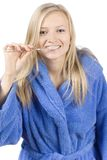 Jonge blonde vrouw het borstelen tanden royalty-vrije stock afbeelding