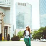 Jonge blonde vrouw in leerjasje bij het wandelgalerijvenster stylish stock afbeelding