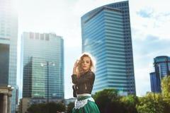 Jonge blonde vrouw in leerjasje bij het wandelgalerijvenster stylish stock afbeeldingen