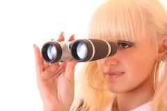 Jonge blonde vrouw met binoculair Stock Foto's