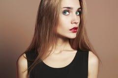 Jonge blonde vrouw met blauwe ogen Het mooie Meisje van de Blonde Stock Afbeelding