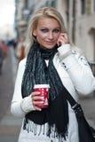 Jonge blonde vrouw met een mobiele telefoon Stock Afbeelding