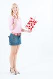 Jonge blonde vrouw met grote valentijnskaartprentbriefkaar Stock Foto's