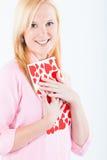 Jonge blonde vrouw met grote valentijnskaartprentbriefkaar Royalty-vrije Stock Foto's