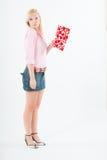 Jonge blonde vrouw met grote valentijnskaartprentbriefkaar Royalty-vrije Stock Fotografie