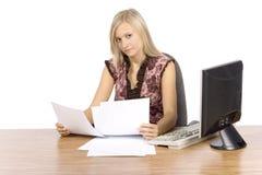 Jonge blonde vrouw met in het bureau Stock Fotografie