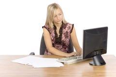 Jonge blonde vrouw met in het bureau Stock Afbeeldingen