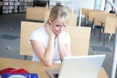 Jonge blonde vrouw met laptop Stock Fotografie
