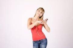 Jonge blonde vrouw met mp3-speler Royalty-vrije Stock Foto
