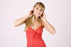 Jonge blonde vrouw met mp3-speler Stock Afbeelding