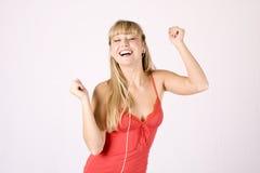 Jonge blonde vrouw met mp3-speler Stock Fotografie