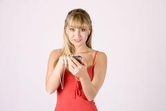 Jonge blonde vrouw met mp3-speler Royalty-vrije Stock Foto's
