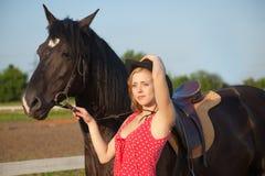 Jonge blonde vrouw met paard Stock Afbeeldingen