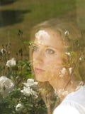 Jonge blonde vrouw portait met bloembezinningen royalty-vrije stock afbeeldingen
