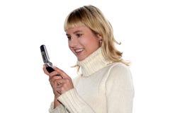 Jonge blonde vrouw sms royalty-vrije stock afbeelding