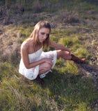 Jonge Blonde Vrouw in Witte Dresss op Gebied stock afbeeldingen
