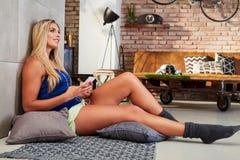 Jonge blonde witte vrouw die thuis rusten royalty-vrije stock foto