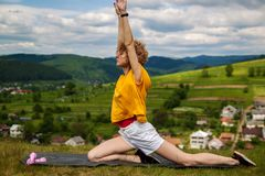 Jonge blonde woman do yoga oefeningen boven de heuvel op zonsopgang Bevat gradi?nt en het knippen masker royalty-vrije stock foto's